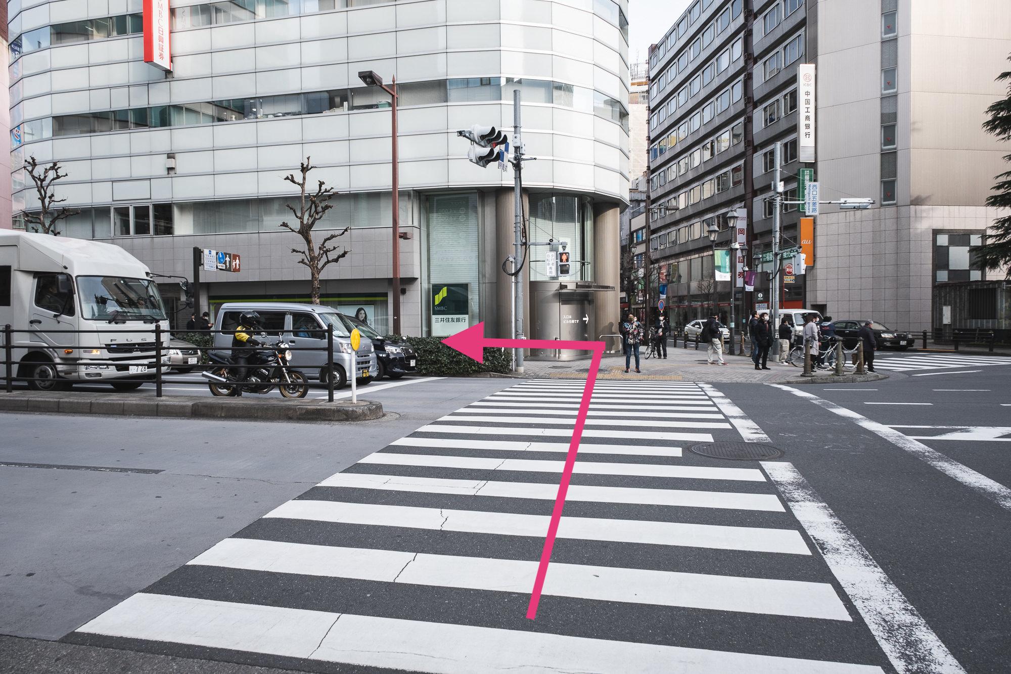 正面の信号を「三井住友銀行」の方へ渡り左に曲がります。