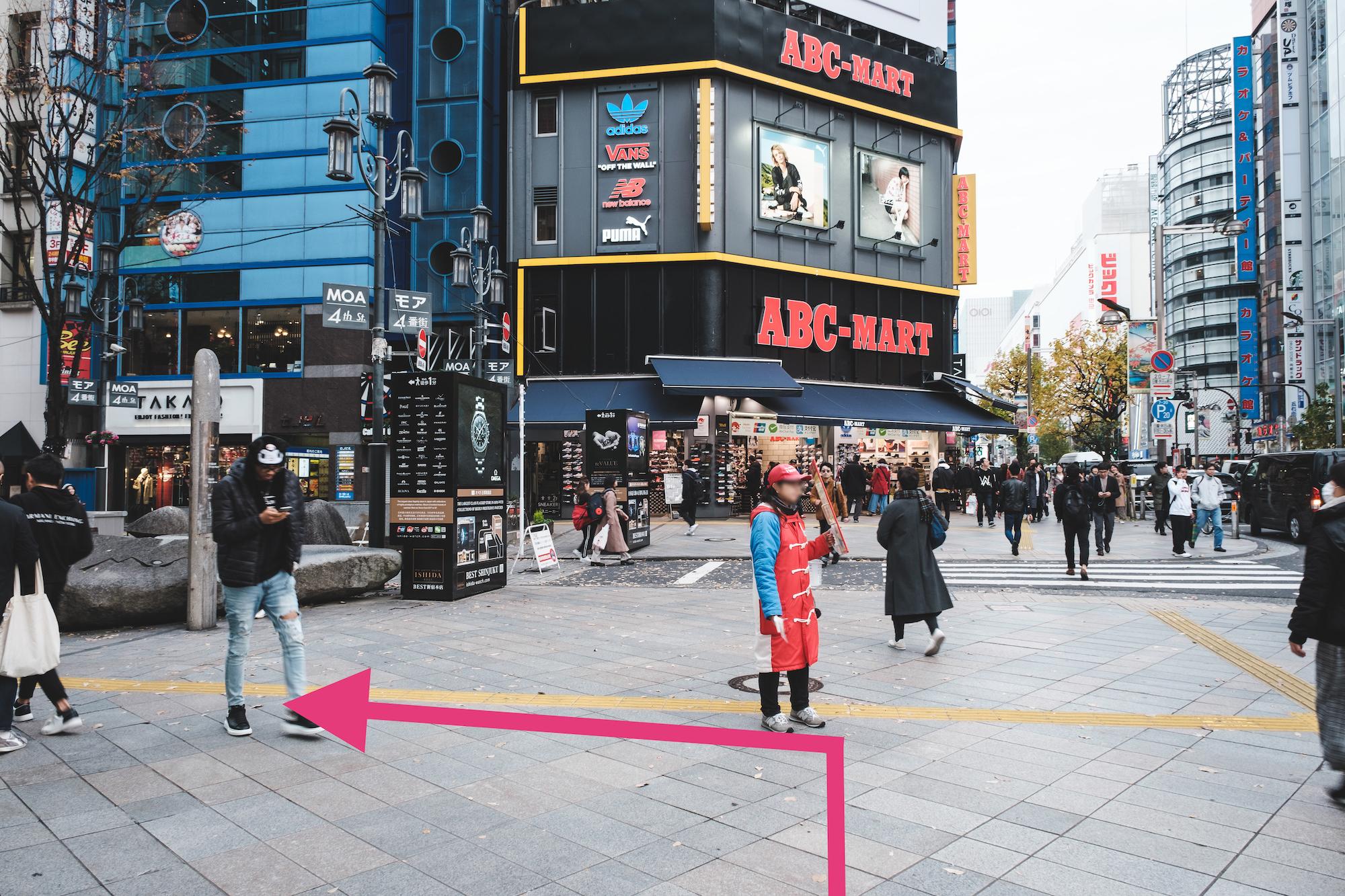 ABC-MARTが見えたら左へ曲がります。